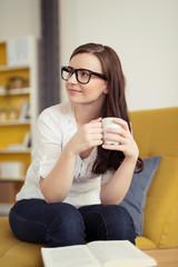 frau genießt eine tasse kaffee in ihrer wohnung