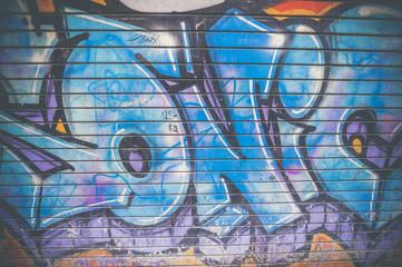 Graf sur une porte en métal