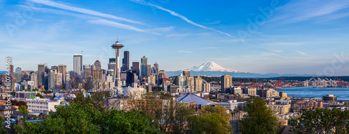 Fotomurales Panorama view of Seattle downtown skyline and Mt. Rainier, Washi