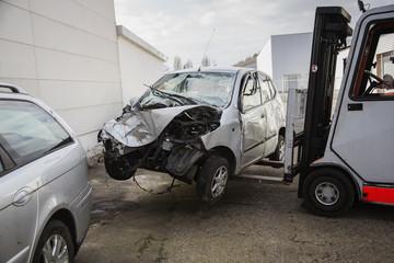 Unfallwagen mit Gabelstapler
