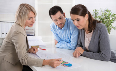 Paar im Beratungsgespräch: Kunde und Berater im Gespräch