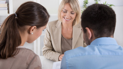 Kunden und Berater im Gespräch - sitzend an einem Tisch