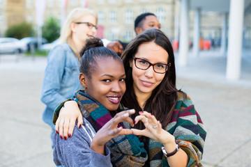 Multikulturelle Freunde in der Stadt