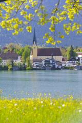 Wall Mural - Tegernsee in Bayern mit Rottach-Egern und Kirche