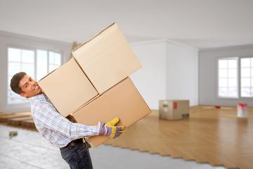 Mann vom Umzugsunternehmen hilft beim Umziehen