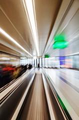 abstraktes Zoombild eines Laufbandes am Flughafen