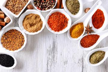 Türaufkleber Gewürze 2 Different kinds of spices in ceramics bowls and spoons