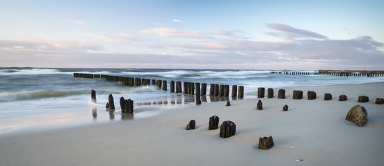 Falochrony nad morzem