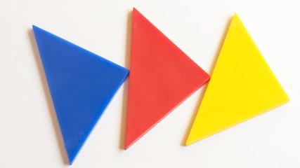 TTres triángulos azul rojo y amarillo