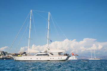 Luxusyacht: Segelschiff mit zwei Masten