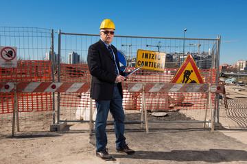 Ingegnere  che controlla i lavori nel cantiere