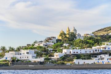 Stromboli-Ort mit schwarzem Strand