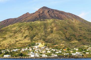 Stromboli-Ort mit Blick auf den Vulkan