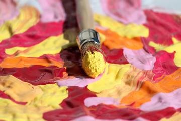 Peinture éclatante aux couleurs vives et pinceau