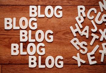 la parola blog ripetuta scritta sul legno
