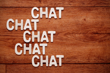 la parola chat ripetuta scritta su legno