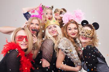 Door stickers Carnaval Frauen machen Foto vor Photobooth