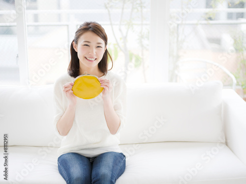 財布を持つ若い女性