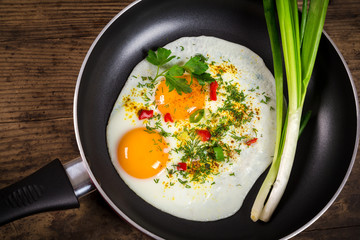 Fond de hotte en verre imprimé Ouf two frying eggs in pan on table