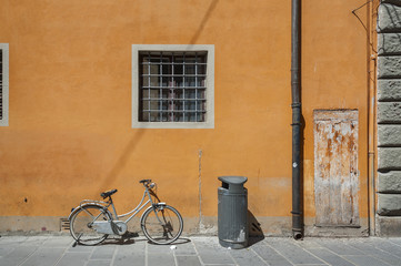 Fototapete - Bicycle in old street in Pisa, Tuscany, Italy
