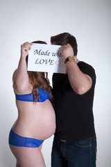 Schwangere Frau mit Mann meint mit Liebe gemacht