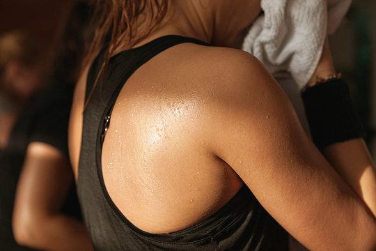 Detail gym shot sweat skin of a woman's back.