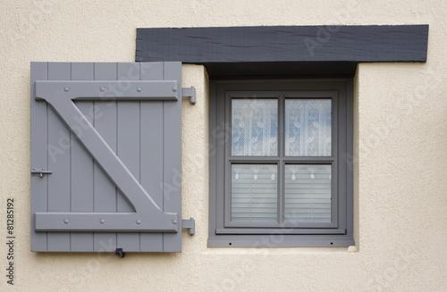 Kunststofffenster grau  Modernes Fenster und einflügeliger Klappladen aus Holz in Grau ...