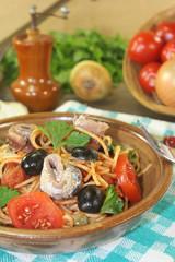 Spaghetti alla puttanesca mit Sardellen und Tomaten