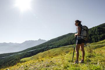 Ragazza escursionista in montagna
