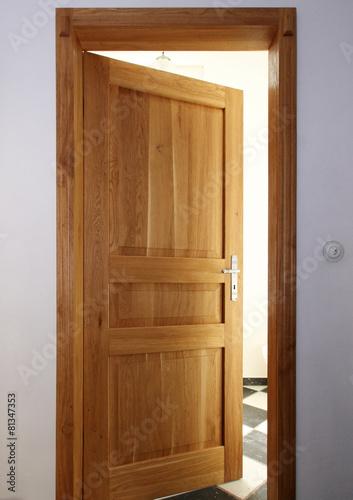 alte holzt r im rahmen stockfotos und lizenzfreie bilder auf bild 81347353. Black Bedroom Furniture Sets. Home Design Ideas
