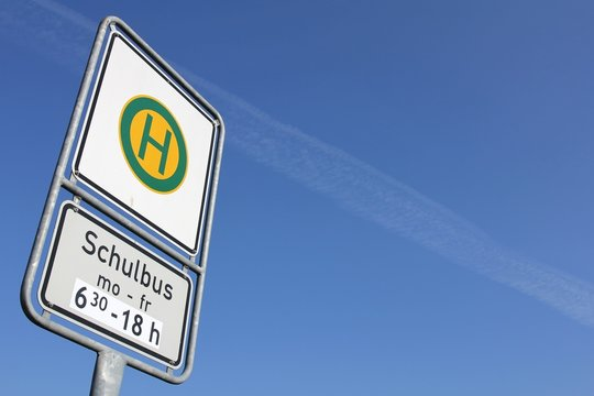 Deutsches Verkehrszeichen: Haltestelle für Schulbusse