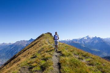 Ragazzo fa trekking in cima alla montagna