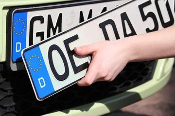 Wechsel des vorderen Autokennzeichens