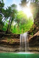 Faszinierende Landschaft mit Wasserfall