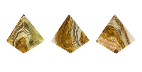Минерал Оникс в виде пирамиды. Изолированное изображение.