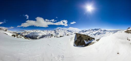 Wall Mural - Panorama invernale in montagna con ruderi in pietra
