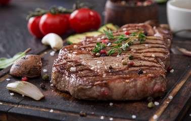Poster de jardin Steakhouse Beef rump steak on black stone table