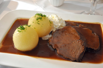 Thüringer Klöße mit Sauerbraten und Soße