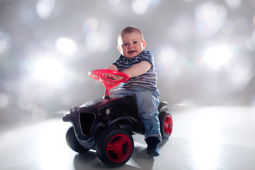 Kind spielt mit Spielzeug Auto Rennen und gewinnt