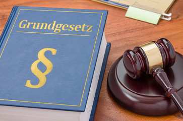 Gesetzbuch mit Richterhammer - Grundgesetz