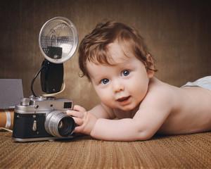 kleinkind mit der kamera