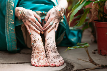 Indian hindu bride with mehendi heena on hands. Wall mural