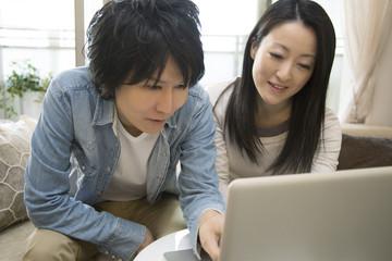 PCを操作するカップル