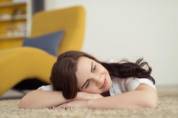 frau liegt entspannt auf dem fußboden