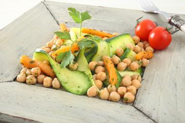 cibo vegetariano insalata verdure e legumi