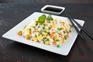 cibo asiatico riso con verdure e uovo