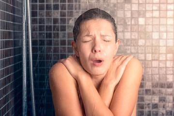 Nackte Frau ist geschockt wegen kaltem Wasser