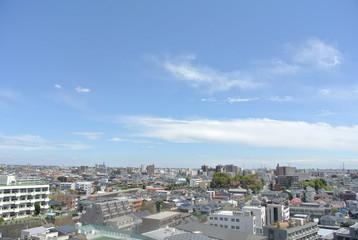 マンションから見える晴天と街並み