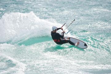 Kitesurfer in der Welle