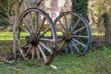 Anciennes roues de charette.